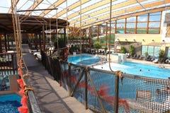 Hängebrücke über dem blauen Pool mit Thermalwasser im a lizenzfreie stockbilder