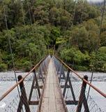 Hängebrücke über Fluss in Neuseeland Lizenzfreie Stockfotografie