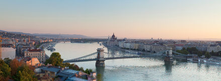Hängebrücke in Budapest morgens stockbild