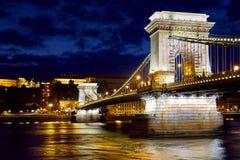 Hängebrücke in Budapest-Nachtzeit lizenzfreie stockfotos