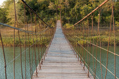 Hängebrücke hergestellt vom Holz und vom Riemen stockfotos