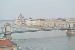 Hängebrücke mit Ansicht des Parlaments in Budapest Lizenzfreie Stockbilder