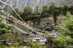Hängebrücke mit Gebetsflaggen im Dorf stockbild