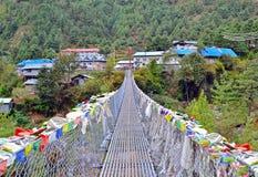 Hängebrücke mit Gebetsflaggen im Dorf von Jorsale stockfoto