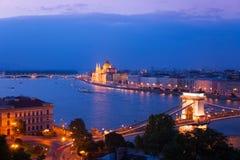 Hängebrücke und Parlament in Budapest Stockfotos