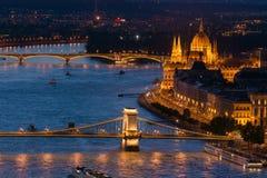 Hängebrücke und Parlament in Budapest Stockbilder