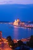 Hängebrücke- und Parlamentspanorama in Budapest Lizenzfreie Stockfotografie