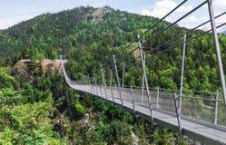 Hängebrücke und Schloss lizenzfreies stockfoto