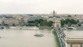 Hängebrücke und St Stephen Basilika in Budapest stock video