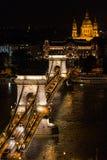 Hängebrücke und St Stephen Basilika nachts, Budapest Stockfotos