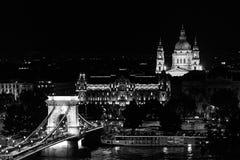 Hängebrücke und St Stephen Basilika nachts, Budapest Stockfoto