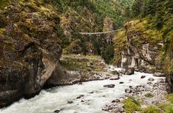 Hängebro på vägen från Lukla till den Namche bazaren i Himalaya Royaltyfri Bild