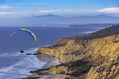 Hängegleiter, der bei Torrey Pines La Jolla California USA ansteigt Lizenzfreie Stockfotografie