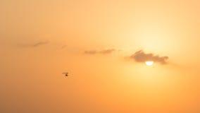 Hängegleiterfliegen im Sonnenuntergang über Dubai-Wüste Stockfotos