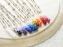 Hängekristaller i regnbågefärger arkivfoto