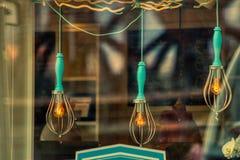 Hängeljuskulor i hipstercoffee shop fotografering för bildbyråer