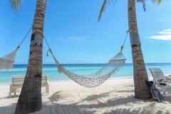 Hängematte auf dem Strand im Paradies lizenzfreie stockfotos