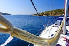 Hängematte auf einer Yacht im blauen Meer Stockfotos