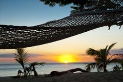 Hängematte auf Strand am Sonnenuntergang in den Fidschi-Inseln Lizenzfreie Stockfotos