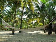 Hängematte auf tropischem Strand Lizenzfreie Stockfotos