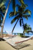 Hängematte auf tropischem Strand lizenzfreies stockbild