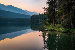 Hängematte bei zwei Jack Lake in Alberta, Kanada lizenzfreie stockfotos