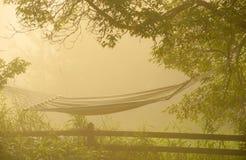 Hängematte am Sonnenaufgang im Nebel. Lizenzfreie Stockfotografie