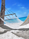 Hängematte am tropischen Strand Lizenzfreies Stockbild