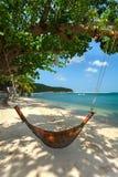 Hängematte und Baum auf einem Strand Lizenzfreie Stockbilder
