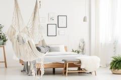 Hängematte und Bett im Schlafzimmer Lizenzfreie Stockfotografie