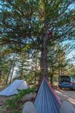 Hängematte, Zelt und Auto mit Sun-Gespür im Himmel lizenzfreie stockfotografie