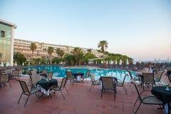 Hängematten mit Regenschirmen durch das Pool für Gäste lizenzfreie stockfotos