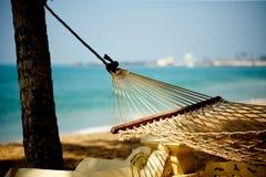 Hängemattenentspannung auf Strand und Ozean Lizenzfreies Stockfoto