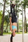 Hängen an den gymnastischen Ringen Lizenzfreies Stockfoto