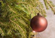 Hängen an der Niederlassung eines Weihnachtsballs Abstraktes Hintergrundmuster der weißen Sterne auf dunkelroter Auslegung Stockbild