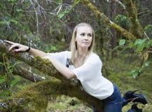Hängen an einem Baum stockfotografie