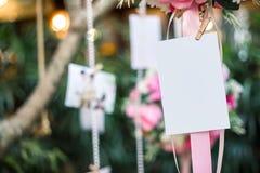 H?ngen Sie leere Fotopapierkarte an Heiratsraum lizenzfreie stockfotografie