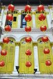 Hängende asiatische rote Laternen außerhalb des Chinatown-Hauses lizenzfreies stockbild