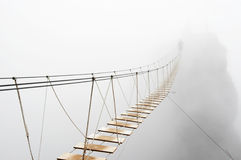 Hängende Brücke im Nebel Stockbild
