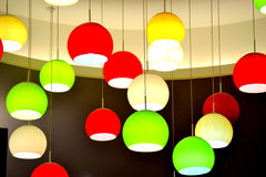 Hängende bunte Lichter Stockbilder