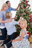 Hängende Dekorationen der Familie auf einem Weihnachtsbaum Stockbild
