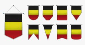 Hängende Flaggen der Sammlung des BELGIENS mit Textilbeschaffenheit Verschiedenartigkeitsformen des Flaggenlandes Vertikaler Scha stock abbildung