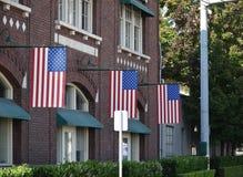 Hängende Flaggen in Folge Lizenzfreie Stockbilder