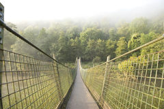 Hängende Fußbrücke über Fluss Lizenzfreies Stockbild