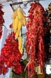 Hängende getrocknete rote Pfeffer und Mais Stockbilder