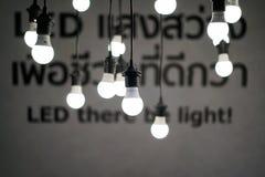 Hängende glühende Glühlampen von der Decke lizenzfreie stockfotografie