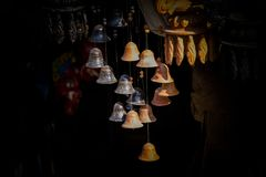 Hängende Glocken des schönen kleinen Lehms lizenzfreie stockfotografie