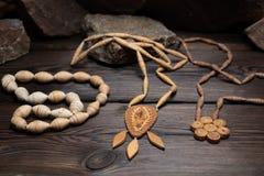 Hängende Halskette gemacht von der Birkenrinde auf dunklem Hintergrund lizenzfreie stockfotografie