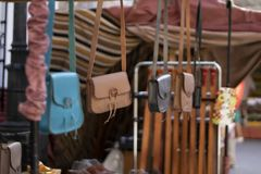 Hängende Handtaschen in Folge auf einem Straßenmarkt lizenzfreies stockbild