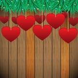 Hängende Herzen mit hölzernem Hintergrund Stockfoto